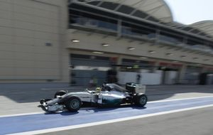 Ferrari acaba accidentado mientras Mercedes vuela y Renault sigue KO