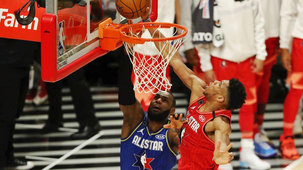 Foto: Giannis Antetokounmpo, de rojo, y LeBron, de azul, durante el partido All Star. (Reuters)