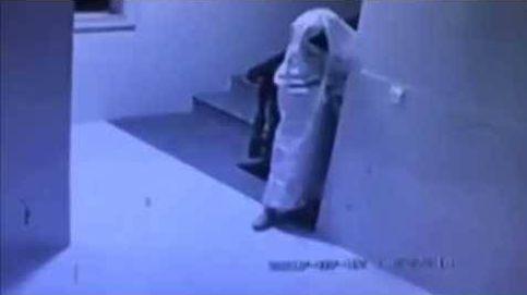 Un ladrón se disfraza de fantasma antes de robar en una casa