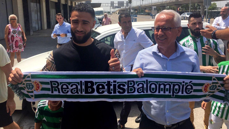 Fekir, posando con la bufanda del Real Betis. (EFE)
