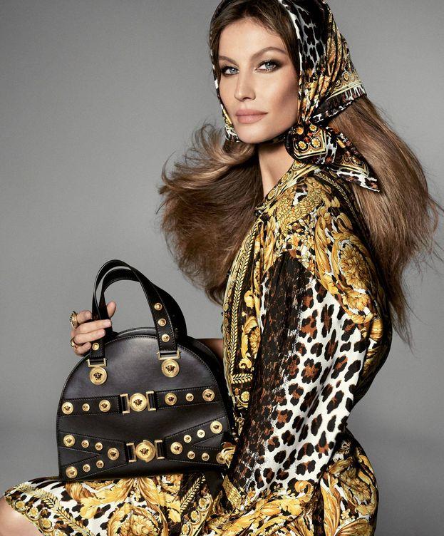 Foto: Gisele Bündchen, con total look de Versace, posa con el bolso modelo Tribute.