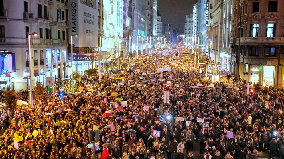Foto: Manifestación del 8-M a su paso por la Gran Vía de Madrid. (Cordon Press)