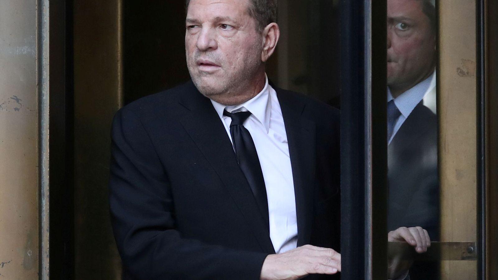 Foto: Harvey Weinstein sale del Tribunal Supremo de Nueva York tras la sesión del juicio por casos de abuso sexual. (Reuters)