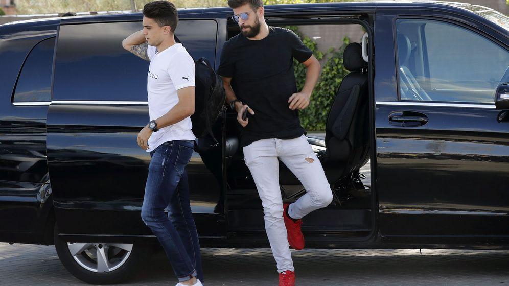 Foto: El futbolista del Barcelona Gerard Piqué, junto con Bartra, llegando a Las Rozas. (EFE)