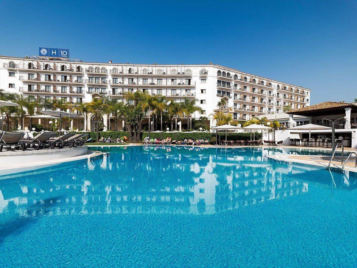 Foto: Vista de la piscina del hotel H10 Nueva Andalucía.