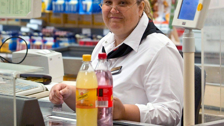Empresas como Carrefour, Alcampo o Hipercor no pagan extra a sus empleados. (EFE)