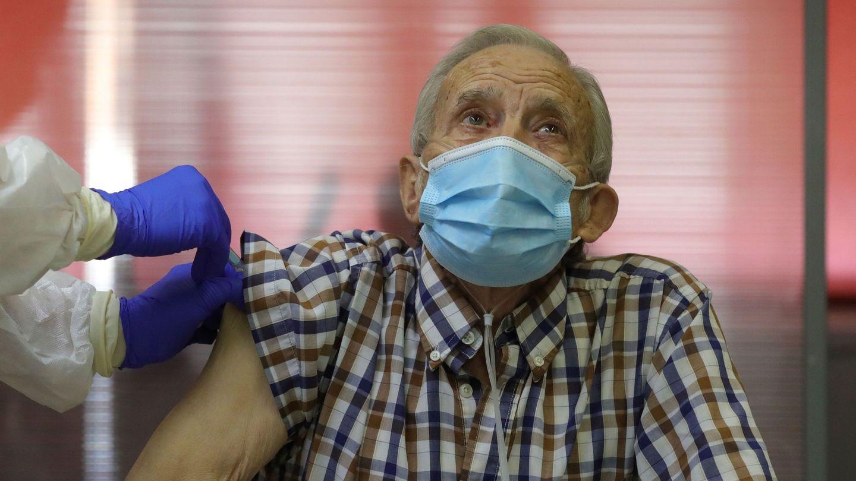 Un hombre recibe su primera dosis de la vacuna. (EFE)
