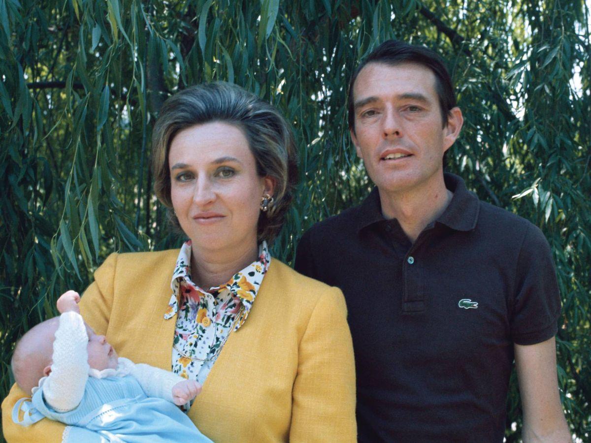 Foto: La infanta Pilar y Luis Gómez-Acebo, con su hijo Beltrán. (Getty)