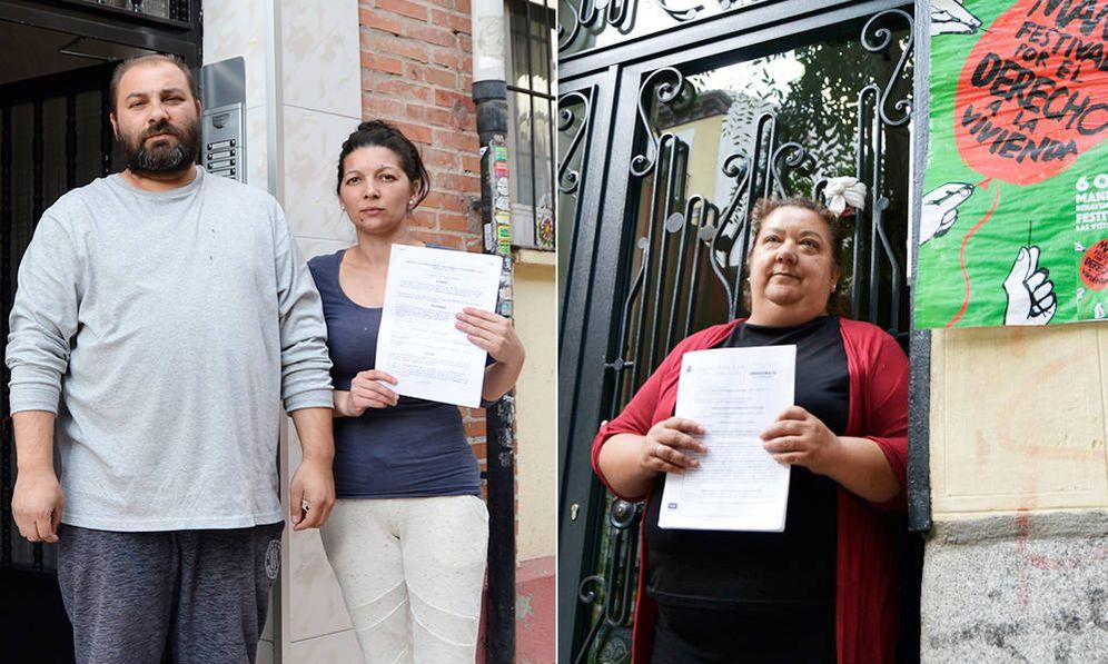 Foto: Sandra junto a su marido, con el contrato que firmaron, y Rosa en el portal de su casa. (M.Z.)