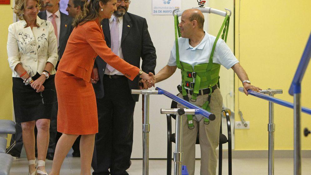 Foto: Un afectado por la esclerosis múltiple recibe la visita de la Infanta Elena y Esperanza Aguirre en 2010. (EFE)