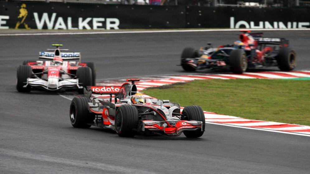 Foto: Hamilton rueda justo por delante de Glock en Interlagos (Imago)
