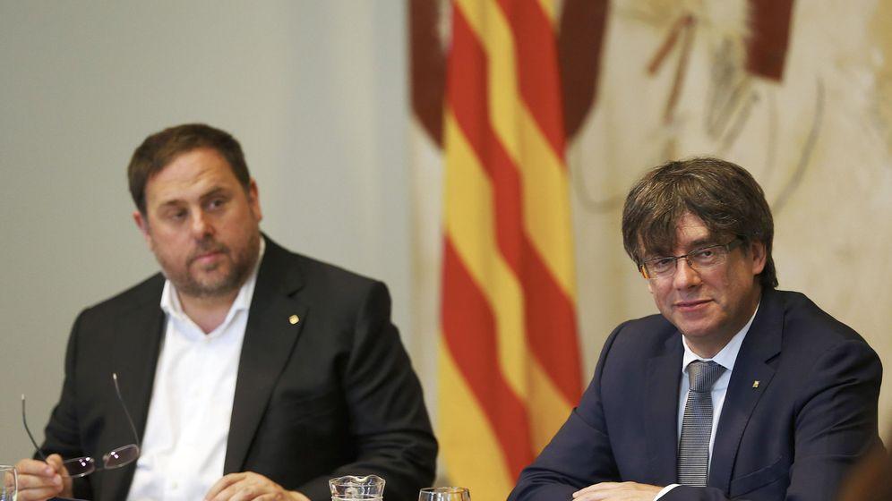 Foto: El presidente de la Generalitat, Carles Puigdemont, y su vicepresidente, Oriol Junqueras (i), durante la reunión semanal del Gobierno catalán. (EFE)