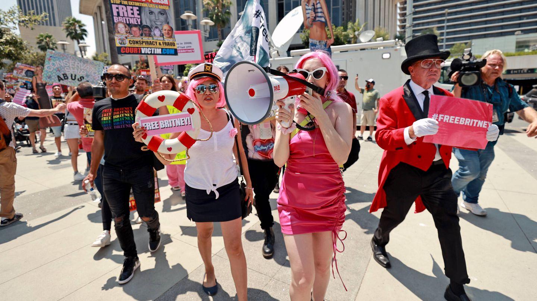 Representantes del movimiento #freebritney se manifiestan frente al juzgado de LA. (Getty)