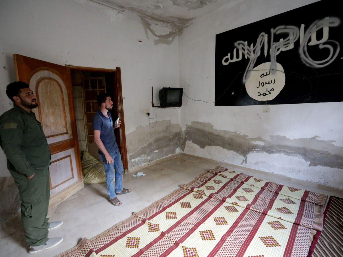 Foto: Una bandera del ISIS en una casa en Siria pintada con las letras del YPG, el movimiento kurdo. (Reuters)