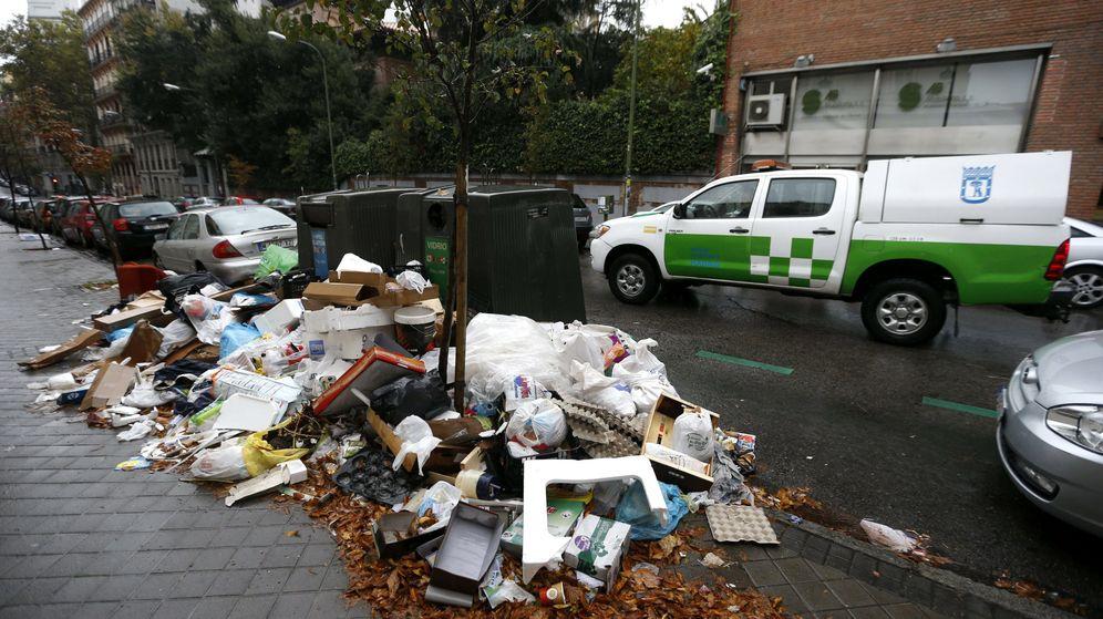 Foto: Residuos sin recoger en unos contenedores de Madrid en una foto de archivo. (EFE)