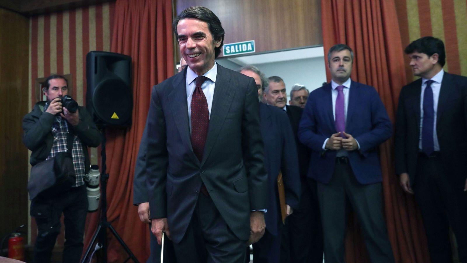 Foto: José María Aznar, a su llegada a la presentación del libro 'No hay ala oeste en la Moncloa', de Javier Zarzalejos. (EFE)