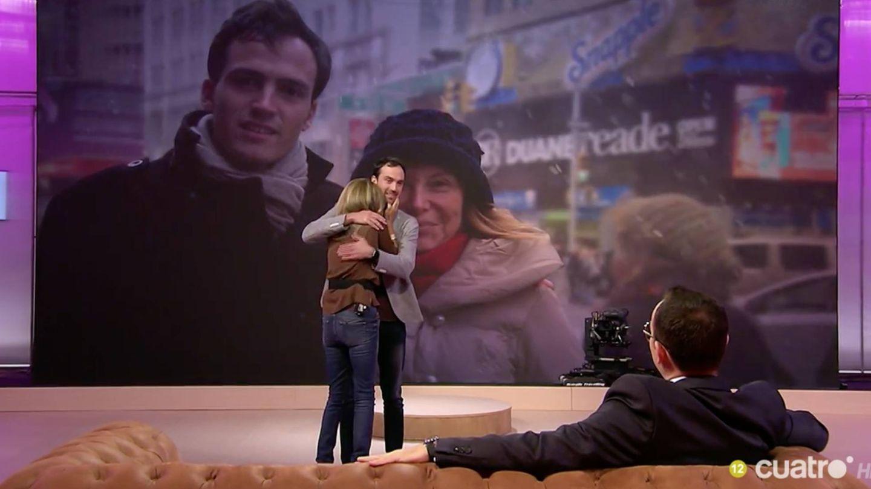 Pilar Eyre se abraza a su hijo, Ferri, en el plató del 'Chester'.