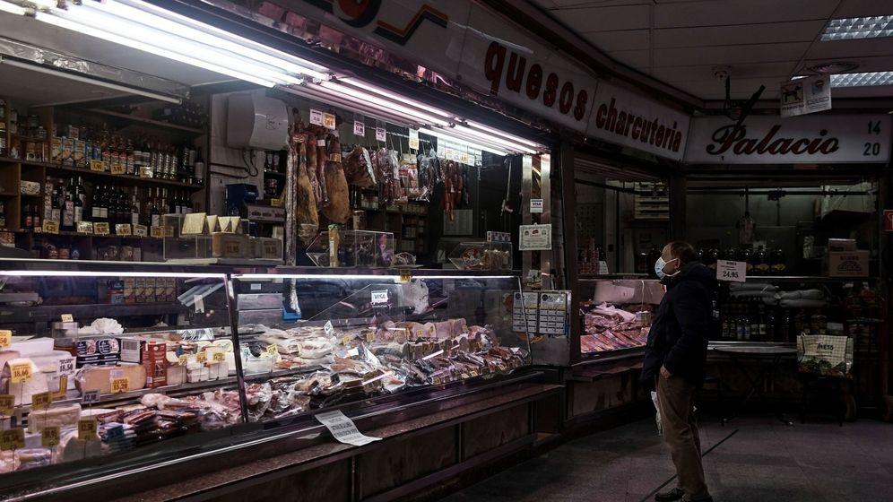Foto: Un hombre compra en un mercado en Madrid. (EFE)