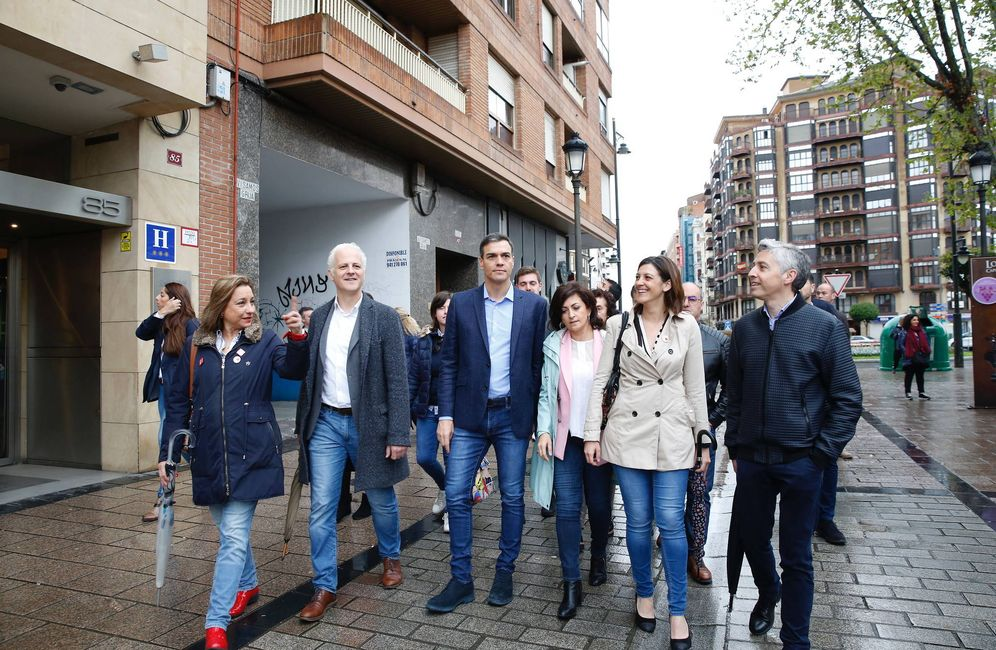 Foto: Pedro Sánchez, este 19 de abril paseando por Logroño con el barón riojano, Paco Ocón (d), y la candidata autonómica, Concha Andreu (3d). (Inma Mesa | PSOE)