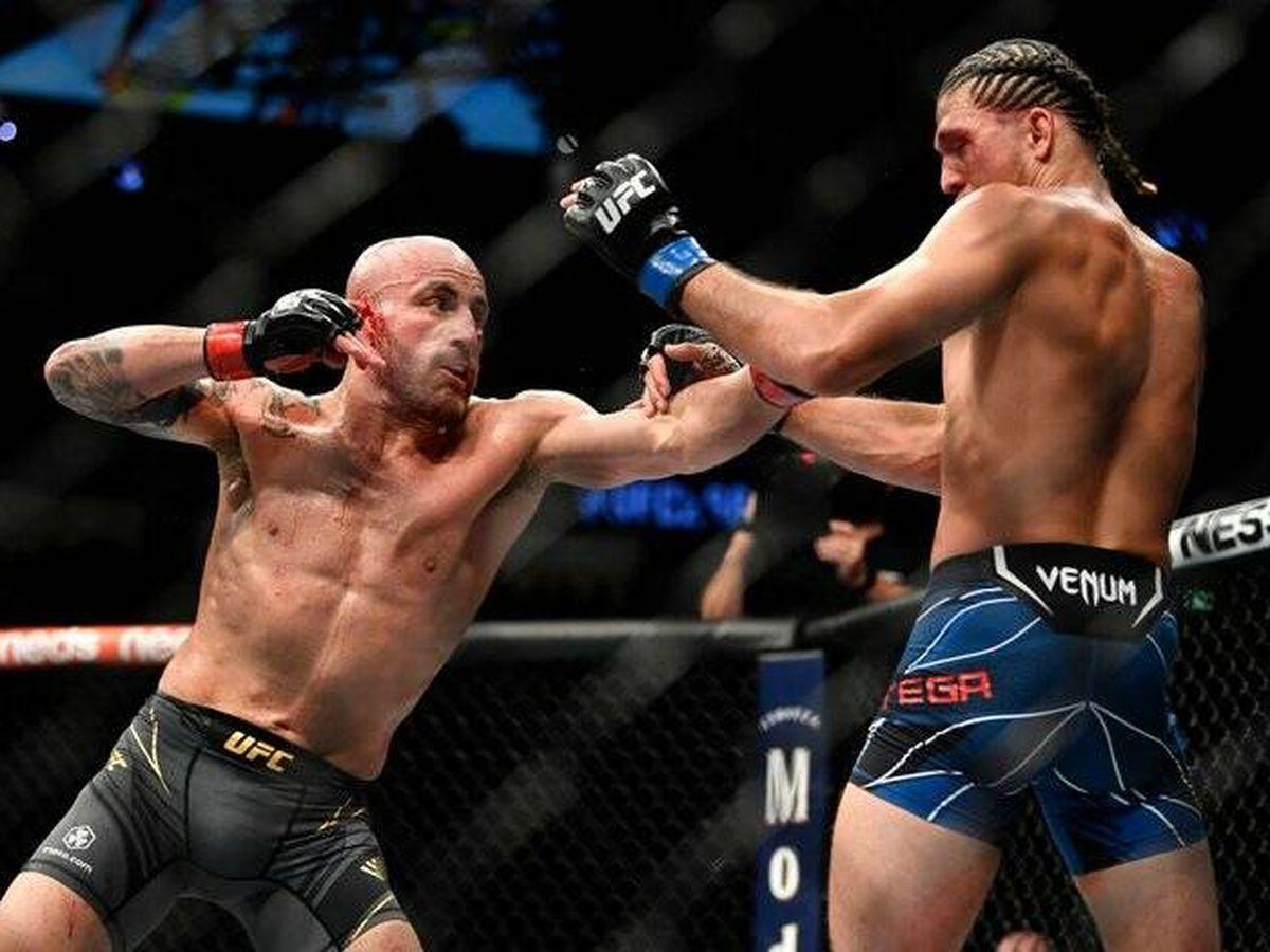 Foto: Alexander Volkanovski contra Brian Ortega en UFC 266 (Twitter UFC Español)