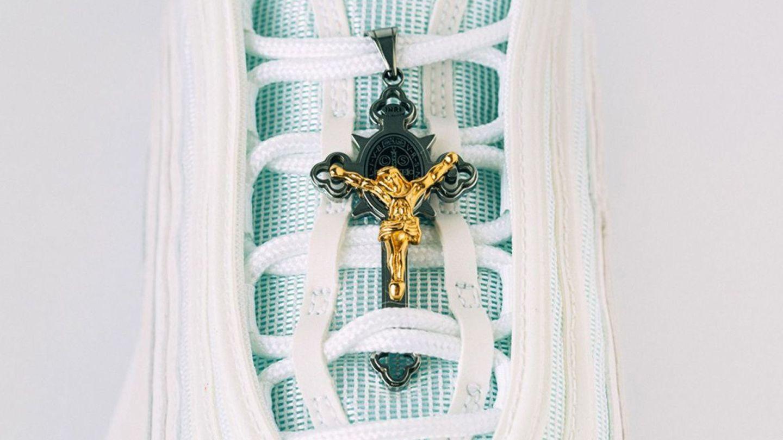 El lado frontal de las 'zapatillas de Jesús' muestra un crucifijo dorado de Jesús en los cordones. (EFE)