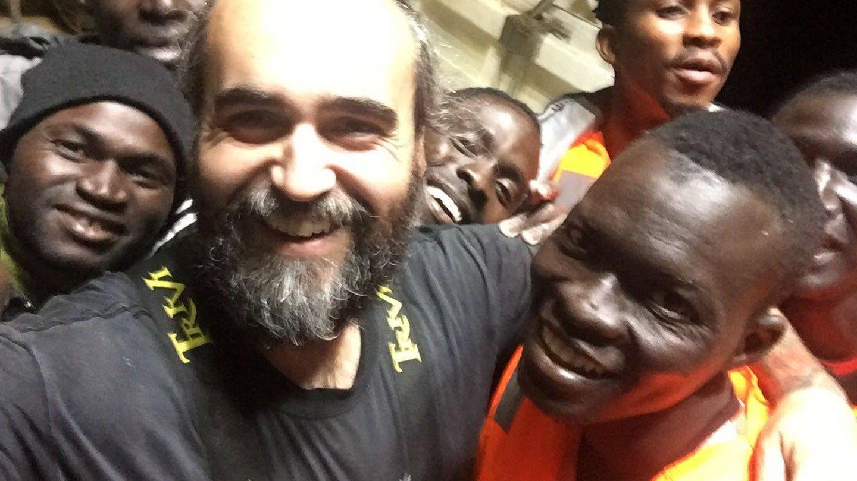 Jesús (hijo) con algunos de los subsaharianos que rescataron del mar de Alborán. (Imagen cedida)