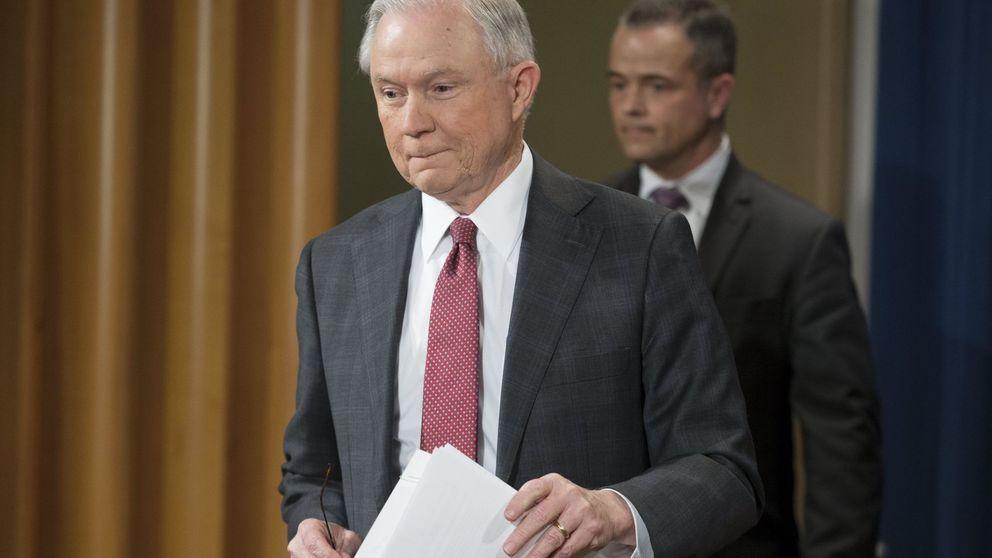 Donald Trump defiende al fiscal Sessions, acusado de ocultar contactos con Rusia