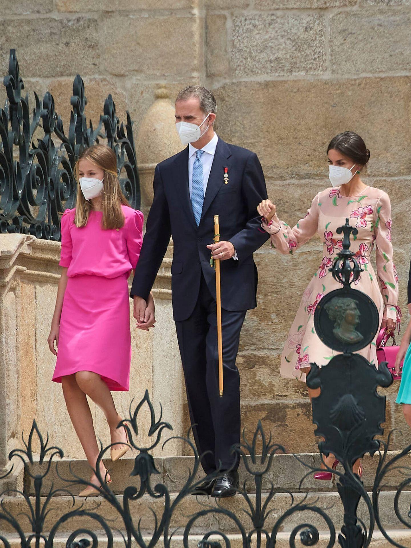 El rey Felipe y Leonor, bajando las escaleras de la catedral. (Limited Pictures)