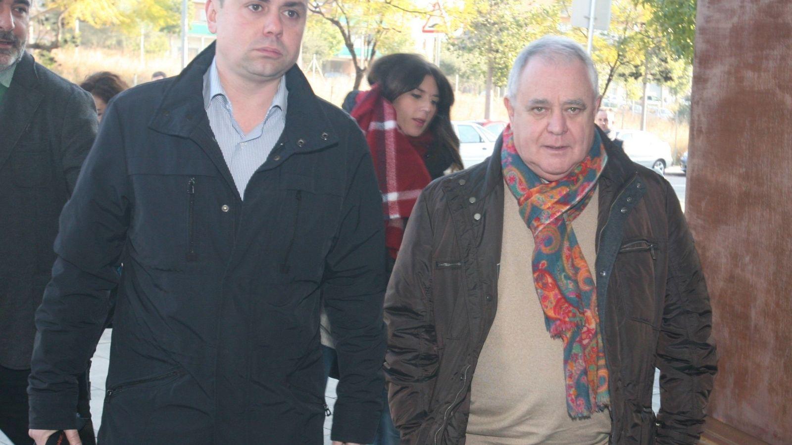 Foto: El tesorero de CDC, Andreu Viloca (d), a su llegada a los juzgados de El Vendrell (Tarragona). (EFE)