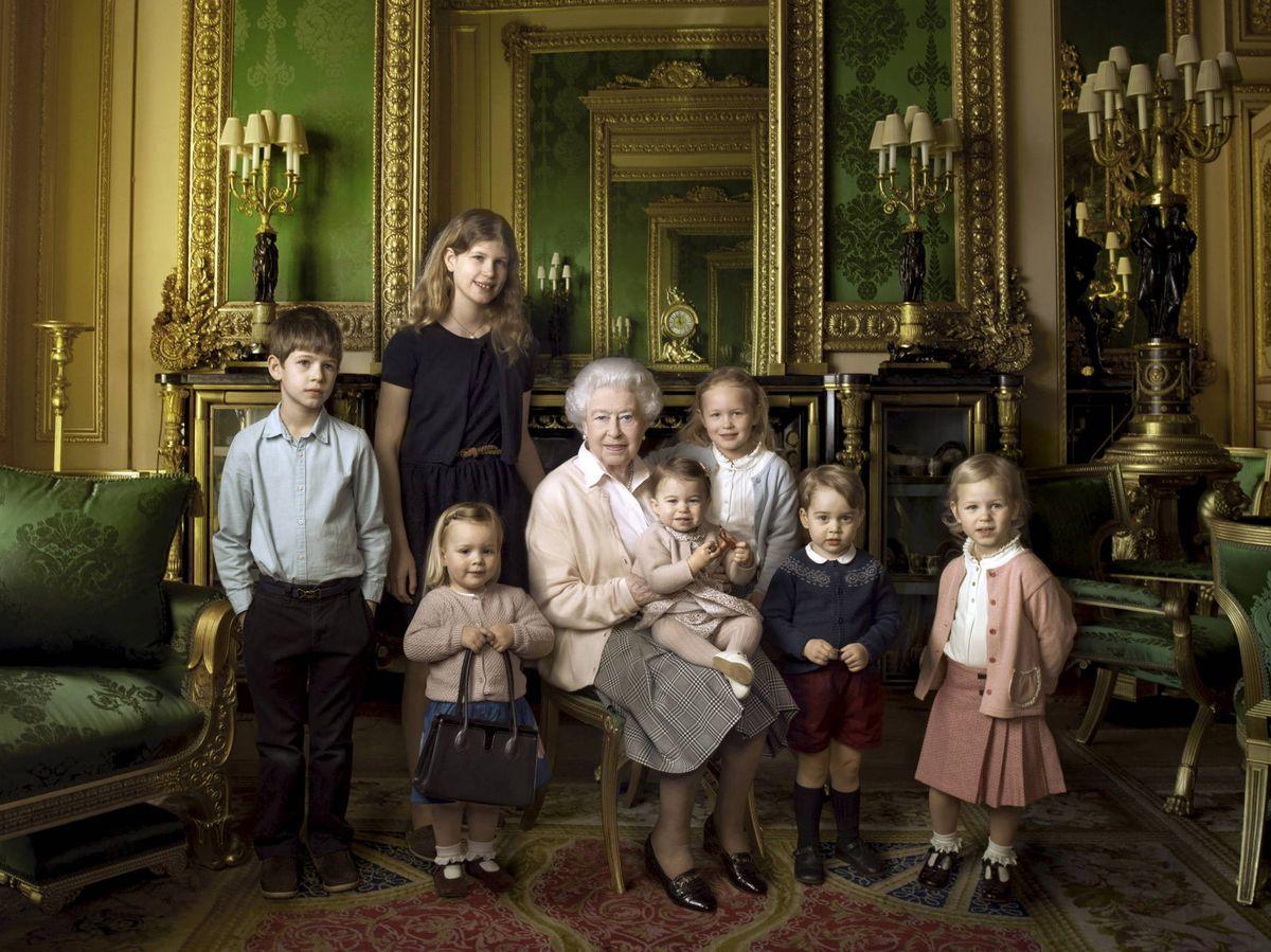 Foto: La reina Isabel, con sus dos nietos pequeños y algunos de sus bisnietos. (Reuters)