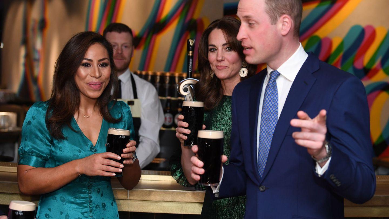 Los duques de Cambridge, en la fábrica de Guinness. (EFE)