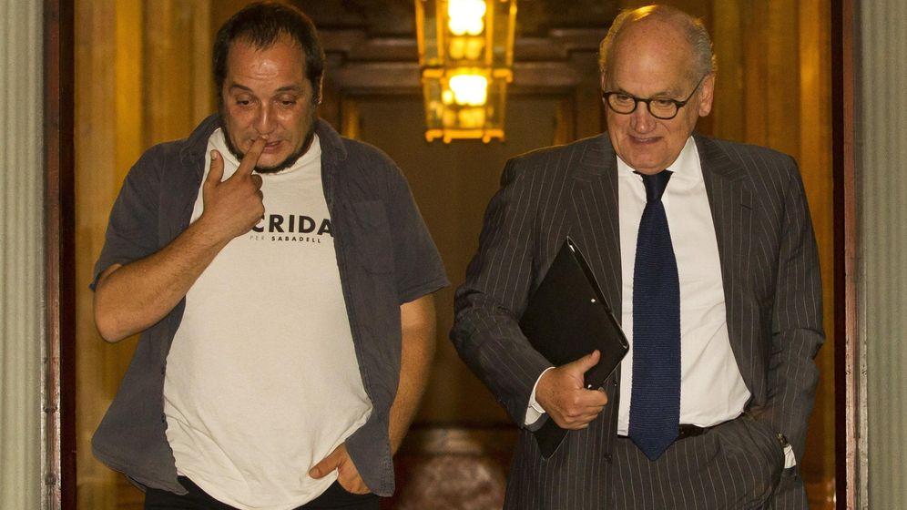 Foto: Carles Vilarrubí (d) junto al presidente de la Comisión de Investigación sobre Corrupción y Fraude Fiscal del Parlament, David Fernàndez (i). (EFE)