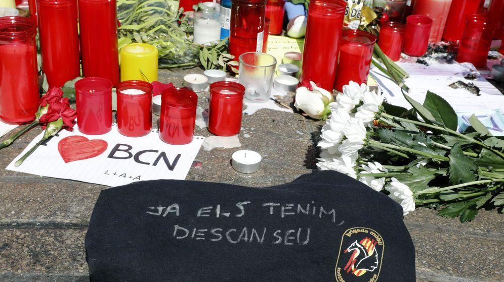 Foto: Homenaje con ofrendas a las víctimas de los atentados de Barcelona y Cambrils. (EFE)