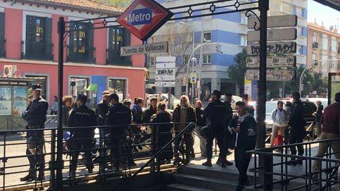 'Sprays' de defensa, partidarios en silencio, insultos... Así hace campaña Vox en Vallecas