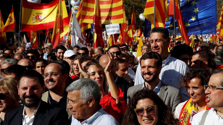 Miles de personas se han concentrado en el centro de Barcelona en defensa del constitucionalismo. (EFE)