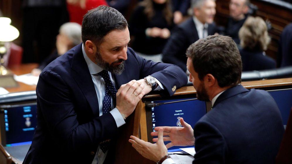 Foto: Santiago Abascal y Pablo Casado, charlando en el Congreso. (EFE)