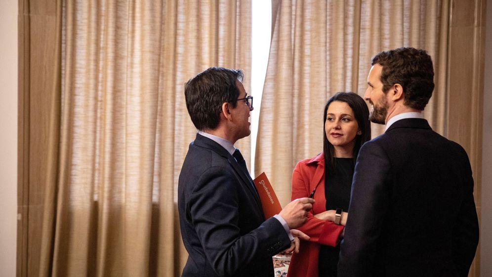 Foto: Pablo Casado (de espaldas) junto a Inés Arrimadas y José María Espejo. (Pedro Ruiz/Ciudadanos)