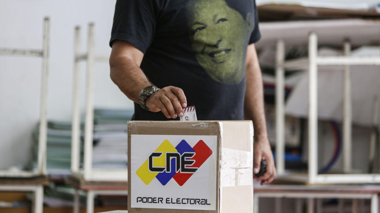 Un hombre con una camiseta de Hugo Chávez acude a votar para la Asamblea Nacional Constituyente en Caracas. (EFE)