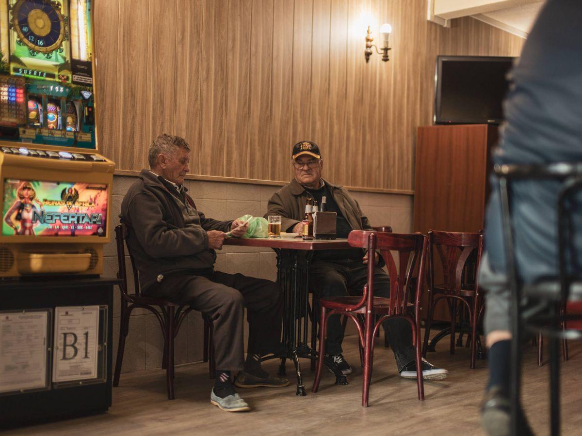 Foto: Personas en el bar Juvi de Chapinería.