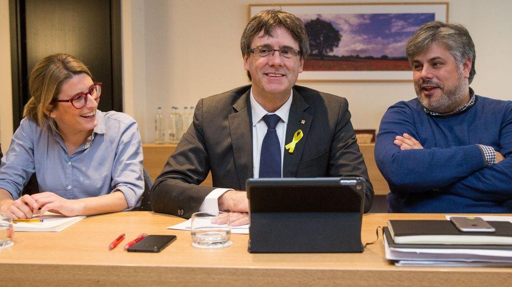Foto: El expresidente catalán Carles Puigdemont (c) posa junto a la directora de campaña de JxCAT, Elsa Artadi (i), y el diputado electo Albert Batet. (EFE)