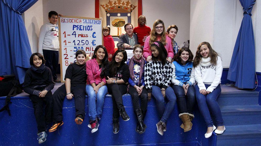 Foto: Esperato Fernández, en el centro, con los niños de San Ildefonso de 2013 (EFE)