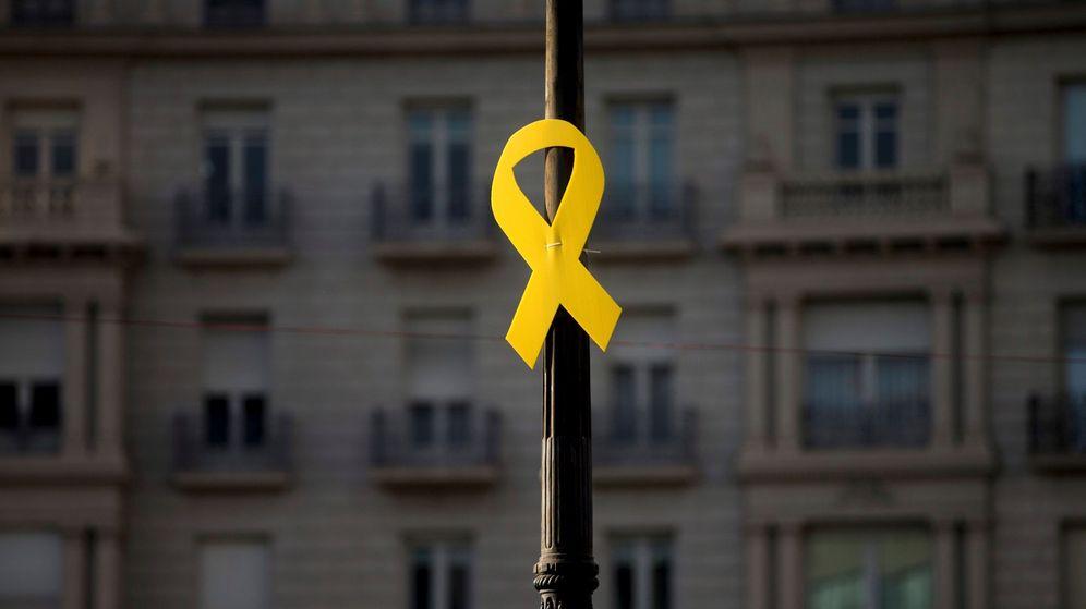 Foto: Un lazo amarillo, en una farola de la Diagonal de Barcelona. (EFE)