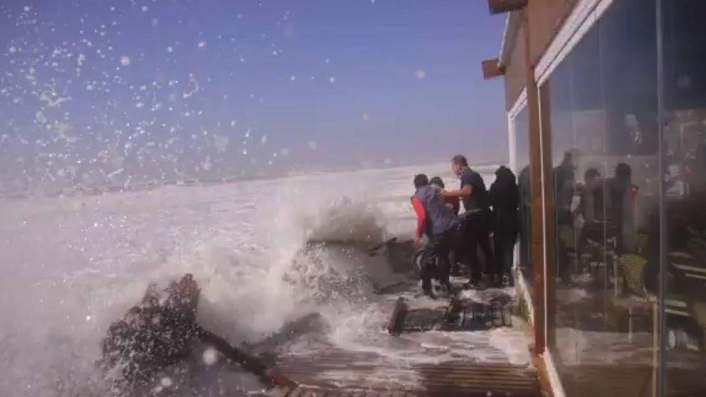 Sin chiringuitos: el temporal arrasa el litoral de la provincia de Cádiz