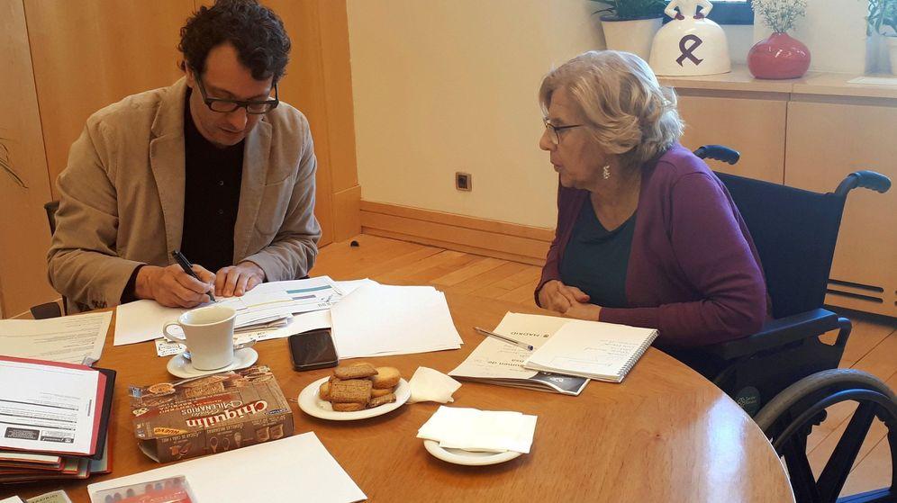 Foto: La alcaldesa Manuela Carmena en su despacho del Palacio de Cibeles junto a su jefe de gabinete, Felipe Llamas. (Ayuntamiento de Madrid)