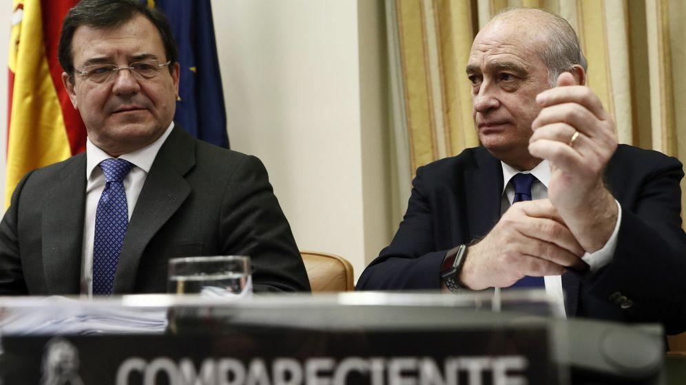 Foto: El diputado del Partido Popular Francisco Molinero Hoyos (i) y el exministro del Interior Jorge Fernández Díaz (d), hoy en la comisión de investigación del Congreso. (EFE)