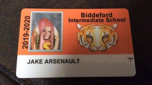 Un alumno se hace la foto oficial del colegio con un disfraz de perrito caliente