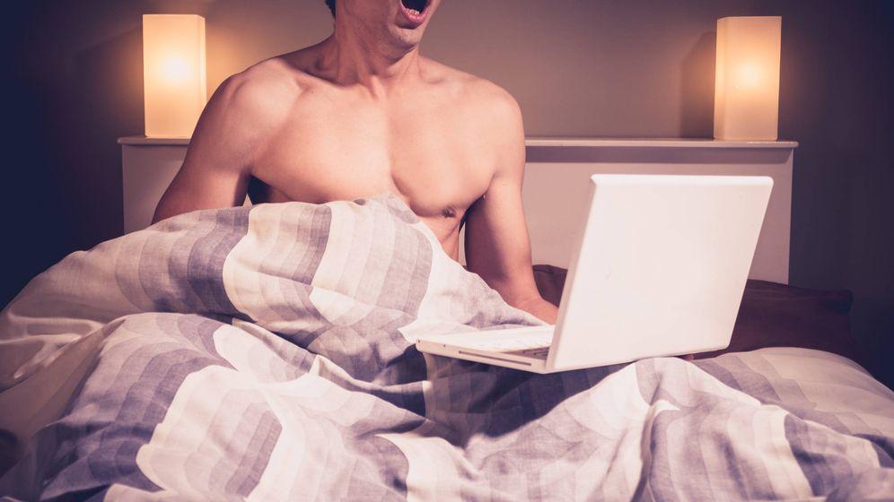 Foto: Modelo fotográfico imitando a un hombre que ve pornografía en su portátil.