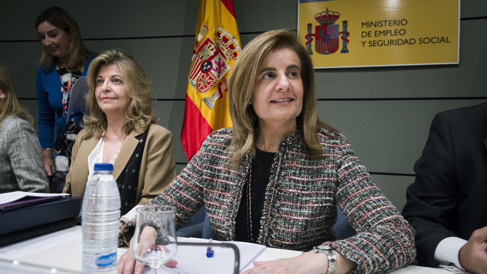 Foto: La ministra de Empleo, Fátima Báñez (d), y la secretaria de Estado de Empleo, Engracia Hidalgo en una imagen de archivo (EFE)