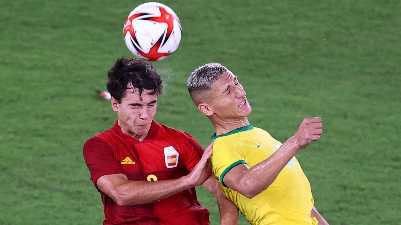 Eric García y Richarlison luchan por un balón. (Reuters)