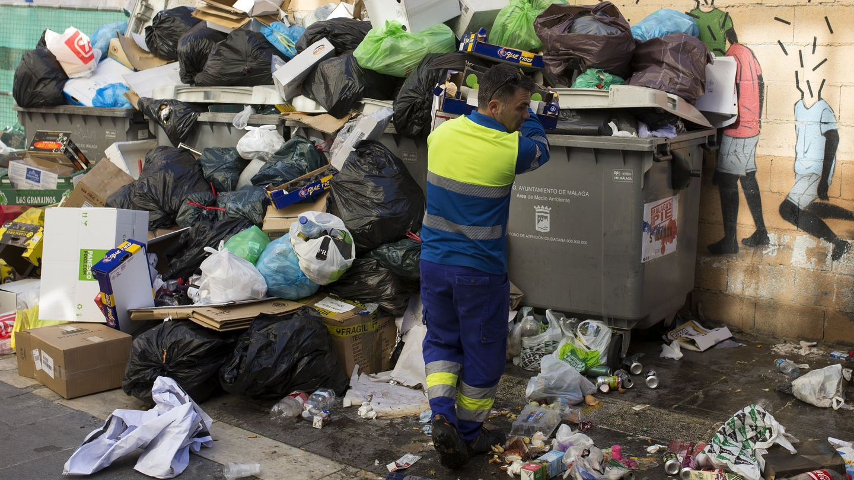 Fotografía de la huelga de la limpieza en Málaga de marzo de 2016. (EFE)